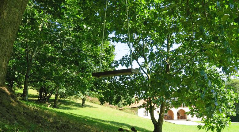 Casa El Aire- columpio de madera en el jardin